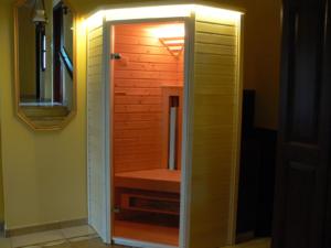 1 személyes sarok infraszauna, vízszintes rezgőnyár külső burkolat, vízszintes lucfenyő belső burkolat